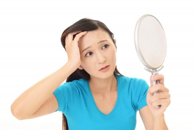 薄毛に悩む女性画像